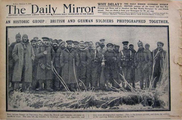 """Portada del Daily Mirror del 5 de enero de 1915 con la noticia del día: """"Un grupo histórico: soladados britanicos y alemanes fotografiados juntos"""""""